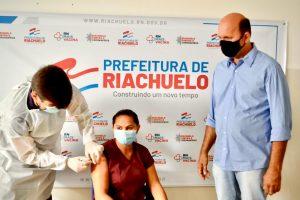 Técnica de Enfermagem recebe a primeira dose da vacina contra a Covid-19 em Riachuelo